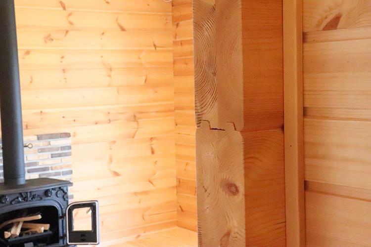木を組み上げているのがよくわかる壁の断面。
